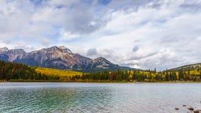 Montanha e Patricia Lake da pirâmide fotos de stock royalty free