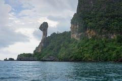 Montanha e penhasco na ilha da galinha em Krabi, Tailândia imagem de stock royalty free