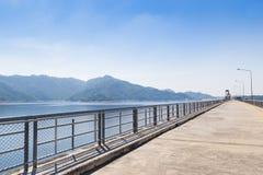 Montanha e Ridge de Khun Dan Prakan Chon Dam Imagens de Stock Royalty Free