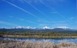 Montanha e rio Fotos de Stock Royalty Free
