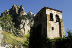 Montanha e torre da igreja em Pancorbo, Burgos, Espanha Foto de Stock