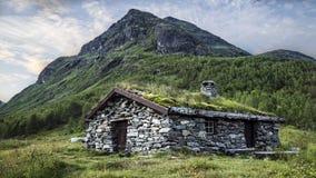 Montanha e uma cabana simples Imagem de Stock