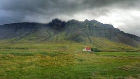 A montanha e uma casa Fotografia de Stock