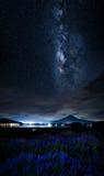 Montanha e Via Látea de Fuji com campo da alfazema no lago Kawaguchi, Japão Imagem de Stock