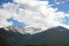 Montanha e vila da neve de Meili Fotos de Stock Royalty Free