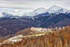 Montanha e a vila olímpica Fotografia de Stock