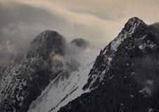 Montanha emblem?tica de Pedraforca com neve e foog fotografia de stock