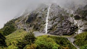 Montanha enevoada e cachoeira após a chuva imagem de stock