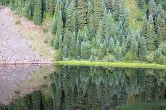 Montanha ensolarada espelhada no lago perfeitamente calmo imagem de stock royalty free