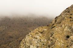 Montanha entre as nuvens imagens de stock