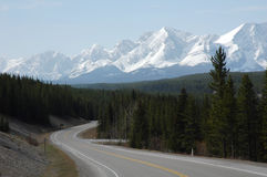 Montanha, estrada e florestas Fotos de Stock Royalty Free