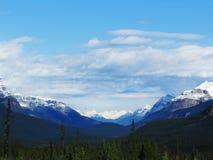 Montanha folheada da neve da via pública larga e urbanizada de Icefields Fotos de Stock Royalty Free