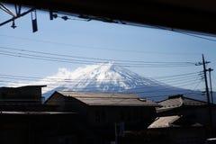 Montanha Fuji em Jap?o na parte traseira da imagem antiga japonesa do tom da silhueta da vila imagem de stock