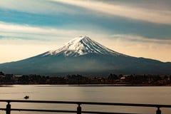 Montanha Fuji na tampa de Jap?o pela neve fotografia de stock