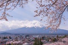 Montanha Fujiyama, uma marca de terra notável de Japão em um dia nebuloso com flor de cerejeira ou Sakura no quadro A imagem de S Fotos de Stock