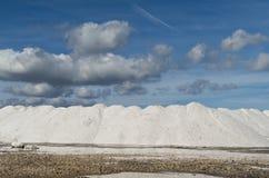 Montanha grande de sal do mar puro em um salino em Sardinia e no céu azul Foto de Stock