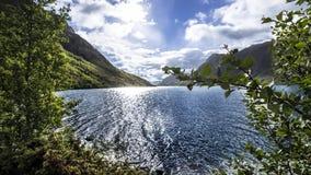 Montanha, lago e céu Fotos de Stock Royalty Free
