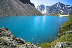 Montanha Lake Cenário bonito Lago azul nas montanhas de Altai Sibéria Rússia Feriado quieto e calmo pelo lago com foto de stock royalty free