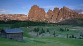 Montanha Langkofel no tiro da filtração do por do sol, dolomites, Itália filme