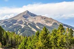 Montanha máxima solitária no país grande do céu de Montana imagem de stock royalty free