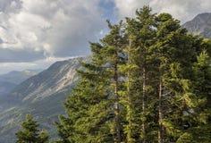 A montanha majestosa em uma região nebulosa Tzoumerka do dia, Epirus, Grécia fotos de stock