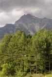 A montanha majestosa em uma regi?o nebulosa Tzoumerka do dia, Epirus, Gr?cia foto de stock royalty free