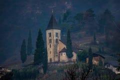 Montanha medieval da igreja fotografia de stock