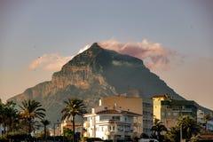 Montanha na cidade com um por do sol bonito foto de stock
