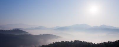 Montanha na névoa e no nascer do sol fotos de stock royalty free