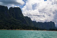Montanha na represa Tailândia Fotos de Stock