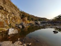 Montanha natural do céu azul da água do céu do rio da vista fotografia de stock