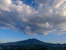 Montanha nebulosa imagens de stock
