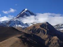 Montanha nebulosa e nevado imagens de stock royalty free