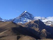 Montanha nebulosa & nevado fotos de stock