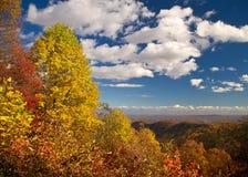 A montanha negligencia a paisagem durante a folha de queda imagem de stock