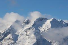 Montanha nevado com nuvens Imagem de Stock