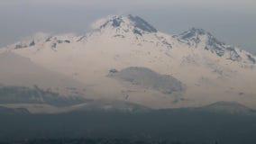 Montanha nevado no crepúsculo com pássaros de voo vídeos de arquivo