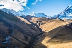 montanha Neve-tampada de Kazbegi foto de stock