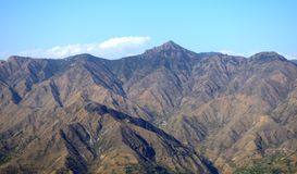 montanha no contexto do céu imagens de stock