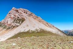 Montanha no platô de tibet sob o céu azul Imagens de Stock
