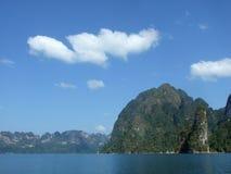 Montanha no reservatório Fotos de Stock