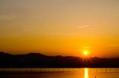 Montanha no tempo do por do sol, crepúsculo, alvorecer no lago Fotografia de Stock Royalty Free