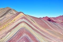 Montanha perto da cordilheira de Vilcanota na região de Cusco, Peru do arco-íris imagens de stock royalty free