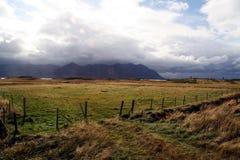 Montanha, prados e vale em Icelan foto de stock
