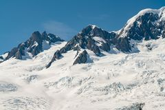 Montanha preta da rocha com coberto de neve fotos de stock