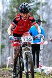 Montanha que biking - mulher na bicicleta Imagem de Stock Royalty Free