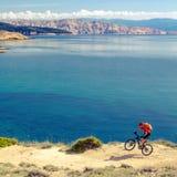Montanha que biking na fuga da bicicleta do beira-mar Foto de Stock