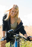 Montanha que biking prados ensolarados sportive da mulher nova Foto de Stock Royalty Free