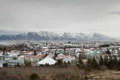 A montanha que negligencia a cidade Foto de Stock