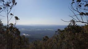 Montanha que vigia a opinião da cidade Fotos de Stock Royalty Free